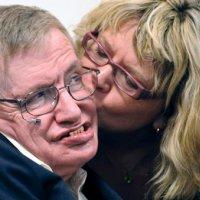 Hawking: Kadınları asla çözemeyeceğiz!