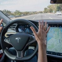 Tesla, çalışanlarını otopilotu kullanmaya teşvik ediyor