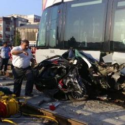 Tramvay otomobili biçti iki gazeteci yaralandı