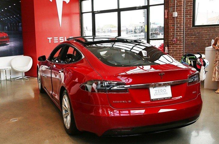 Tesla ticari hırsızlık için dava açtı