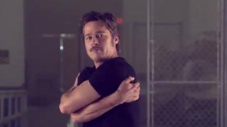 Brad Pitt'ten 'Break Dance' Kapışması