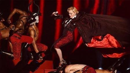 Madonna sahnede merdivenden yuvarlandı!